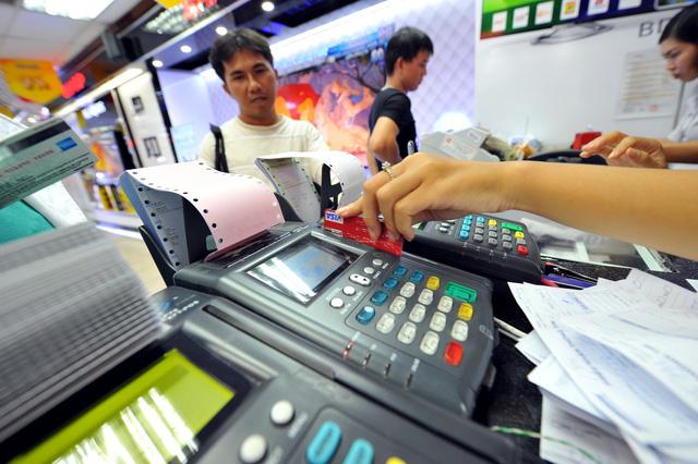Ngân hàng Nhà nước và loạt nhà băng giảm, miễn phí chuyển khoản, thanh toán không tiền mặt phòng corona - Ảnh 1.
