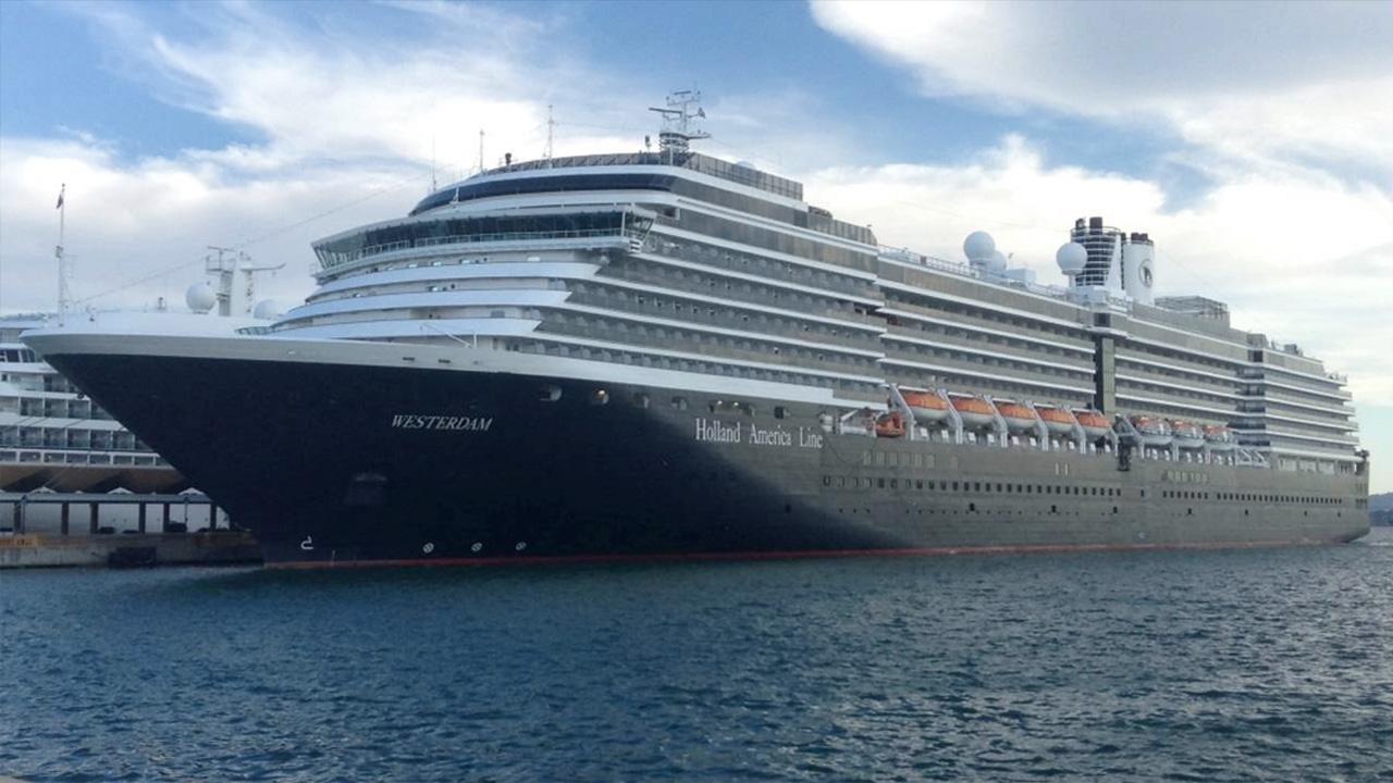 Lo ngại lây virus corona, tàu du lịch chở hơn 2.000 người cuối cùng cũng có nơi đồng ý cho cập bến - Ảnh 1.