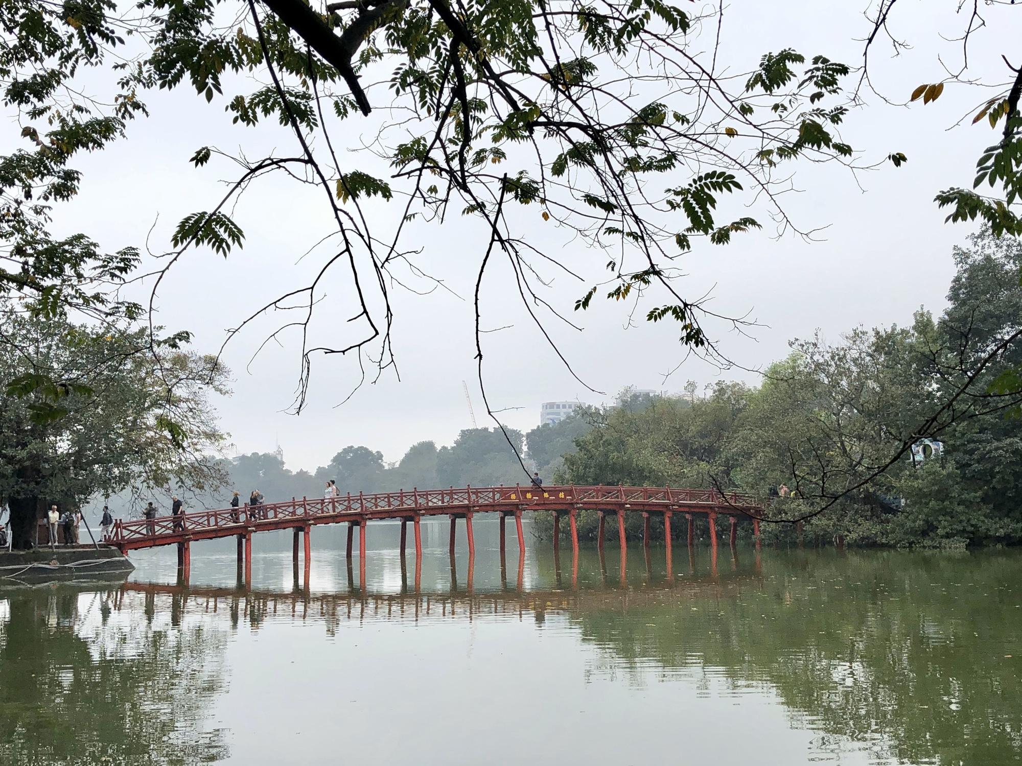Nhiều điểm tham quan Hà Nội thưa thớt khách du lịch giữa mùa dịch corona - Ảnh 2.