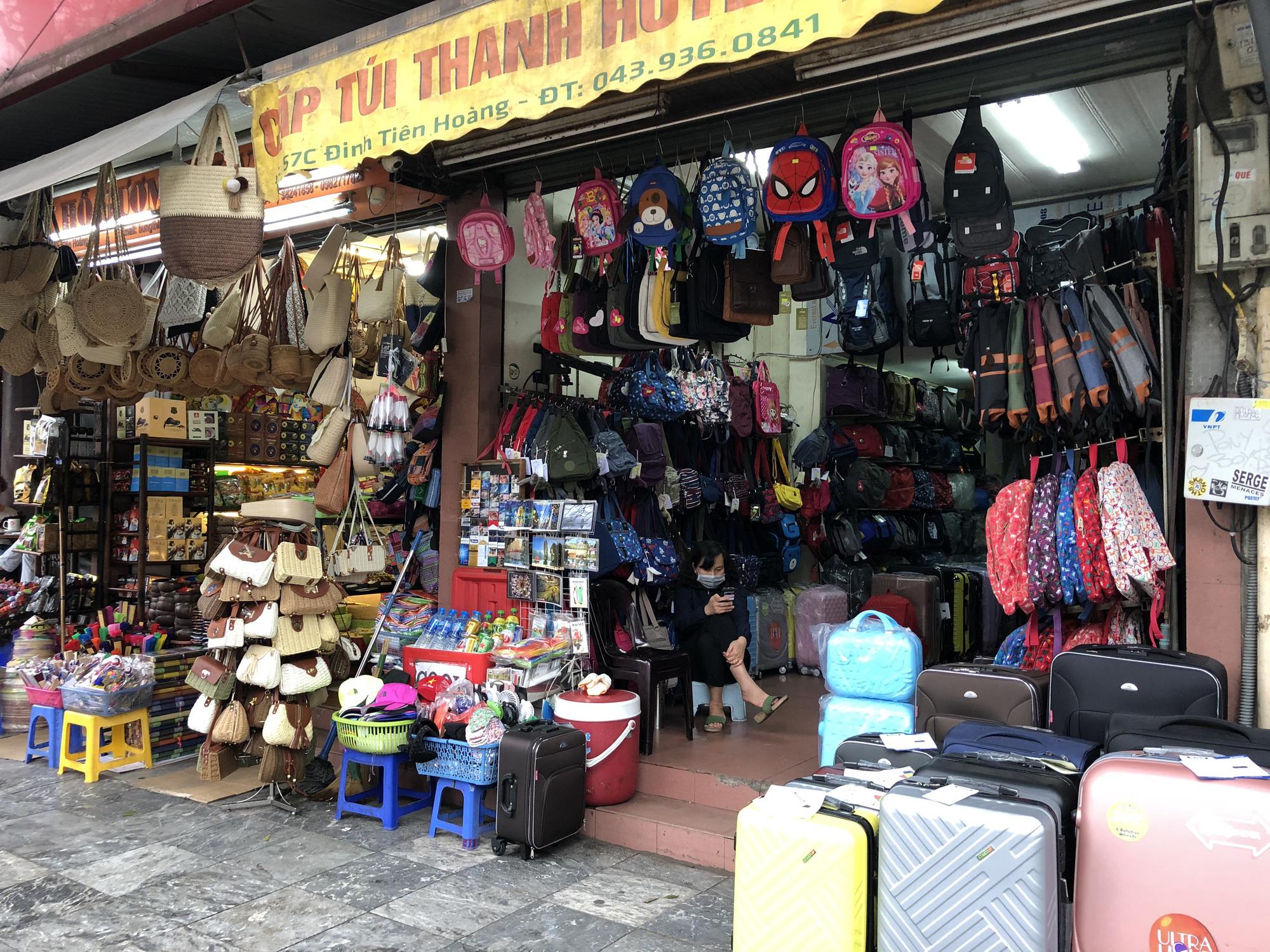 Nhiều điểm tham quan Hà Nội thưa thớt khách du lịch giữa mùa dịch corona - Ảnh 7.