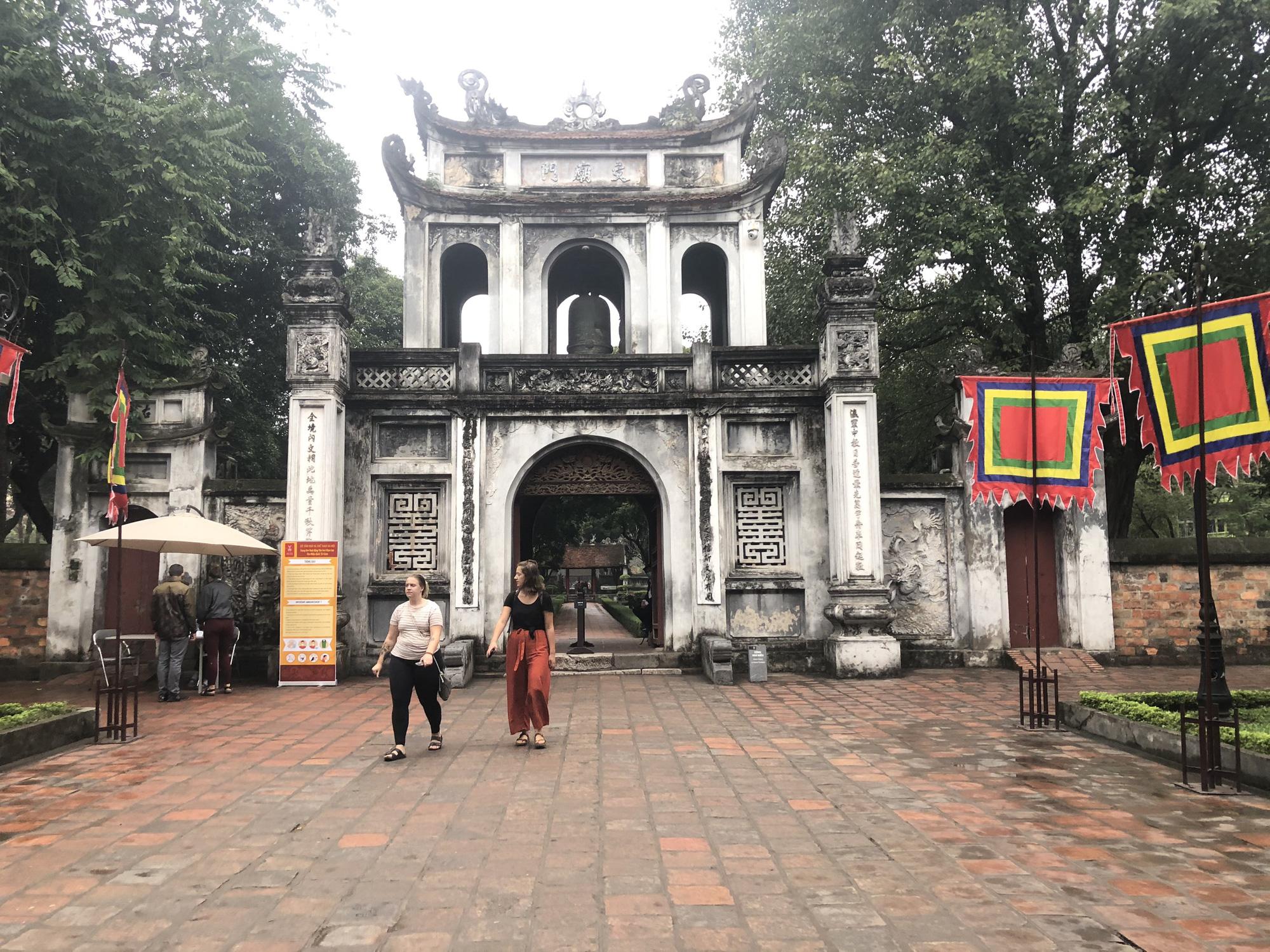 Nhiều điểm tham quan Hà Nội thưa thớt khách du lịch giữa mùa dịch corona - Ảnh 8.