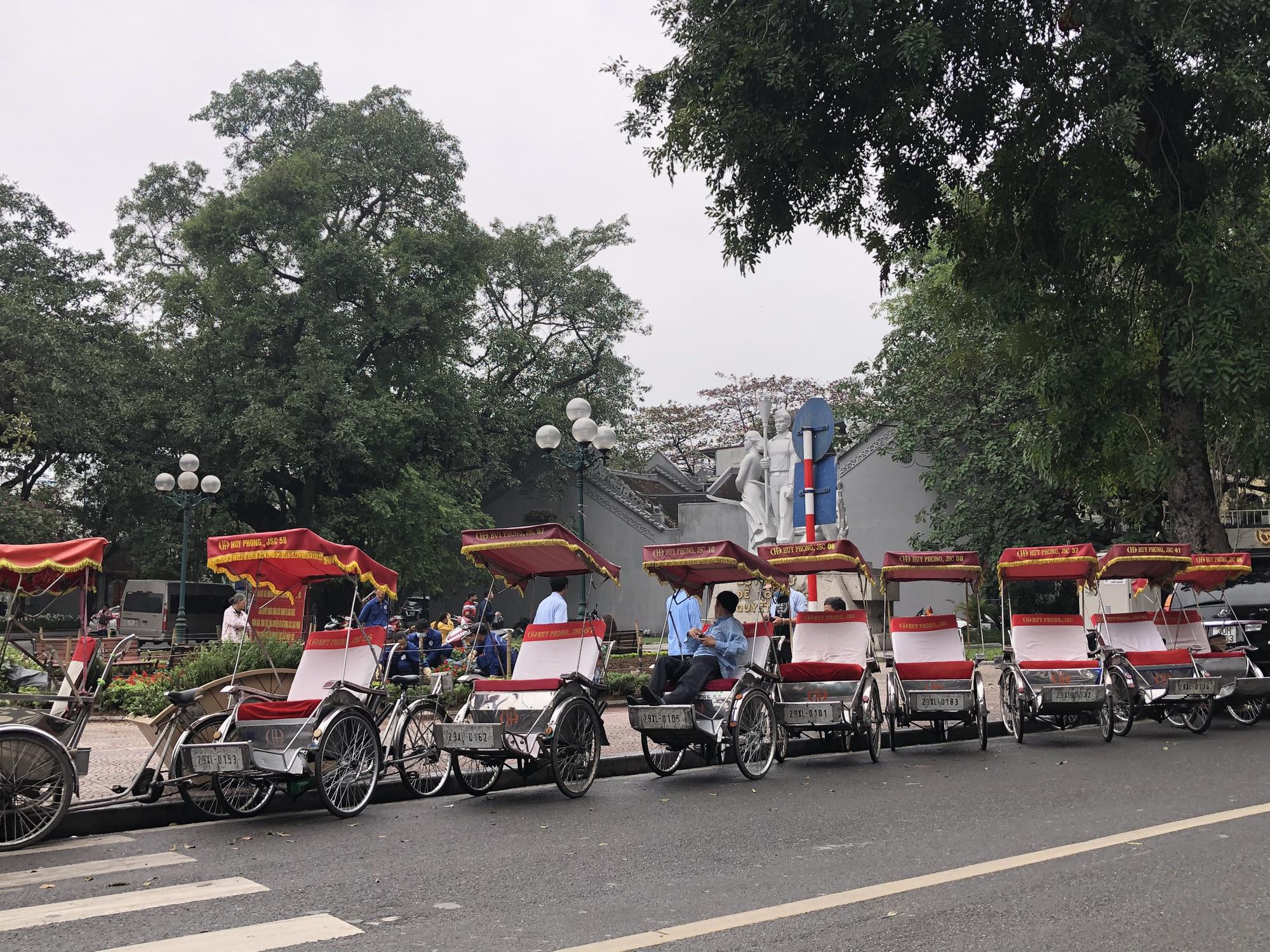 Nhiều điểm tham quan Hà Nội thưa thớt khách du lịch giữa mùa dịch corona - Ảnh 6.