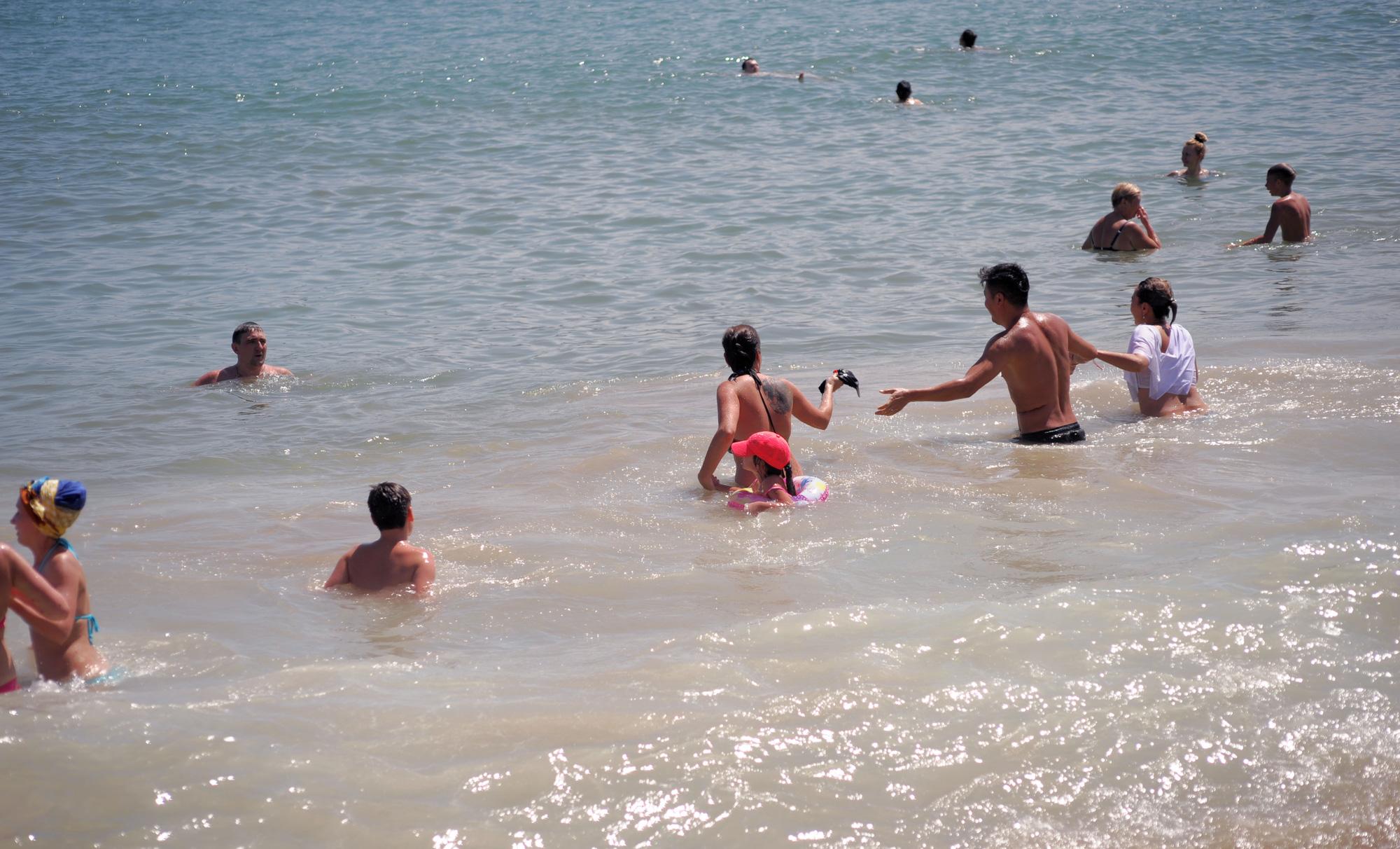 Nha Trang: Khách Tây thản nhiên tắm biển, thư giản giữa dịch Covid - 19 - Ảnh 3.