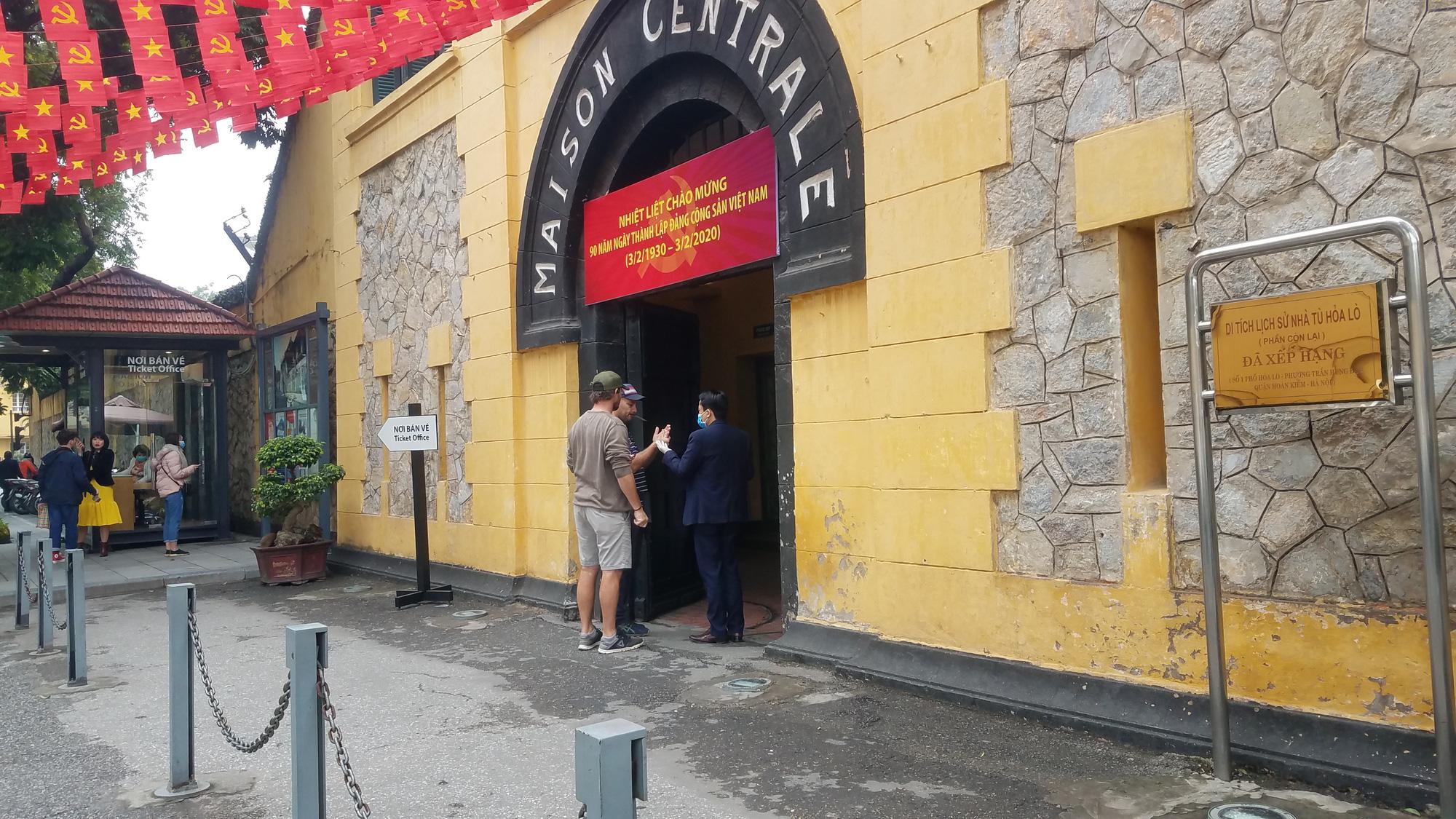 Nhiều điểm tham quan Hà Nội thưa thớt khách du lịch giữa mùa dịch corona - Ảnh 10.