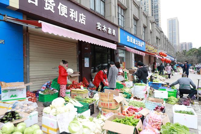 Nhiều chợ ở tâm chấn Vũ Hán hoạt động lại giữa dịch virus corona - Ảnh 1.