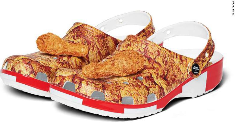 KFC ra mắt mẫu dép lạ in hình gà rán có giá gần 1,4 triệu đồng - Ảnh 1.