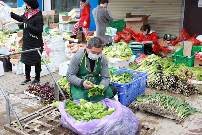 Nhiều chợ ở tâm chấn Vũ Hán hoạt động lại giữa dịch virus corona - Ảnh 2.