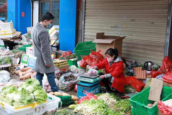 Nhiều chợ ở tâm chấn Vũ Hán hoạt động lại giữa dịch virus corona - Ảnh 3.
