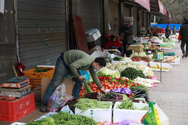 Nhiều chợ ở tâm chấn Vũ Hán hoạt động lại giữa dịch virus corona - Ảnh 4.
