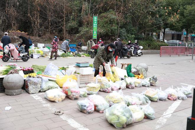 Nhiều chợ ở tâm chấn Vũ Hán hoạt động lại giữa dịch virus corona - Ảnh 5.