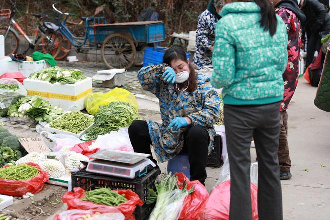 Nhiều chợ ở tâm chấn Vũ Hán hoạt động lại giữa dịch virus corona - Ảnh 7.