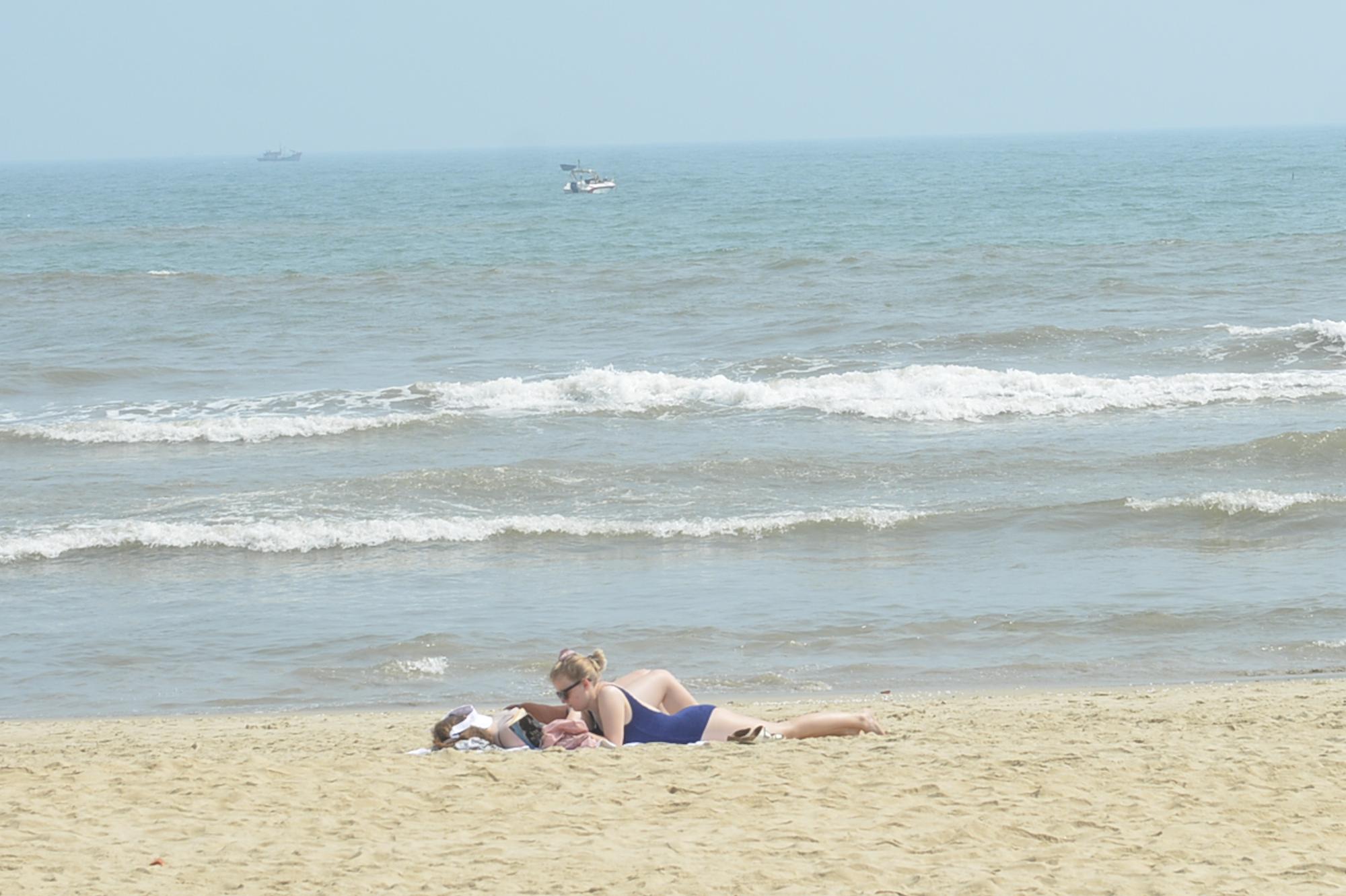 Đà Nẵng: Du khách thảnh thơi vui chơi ở bãi biển khi dịch Covid-19 được phòng tốt - Ảnh 3.