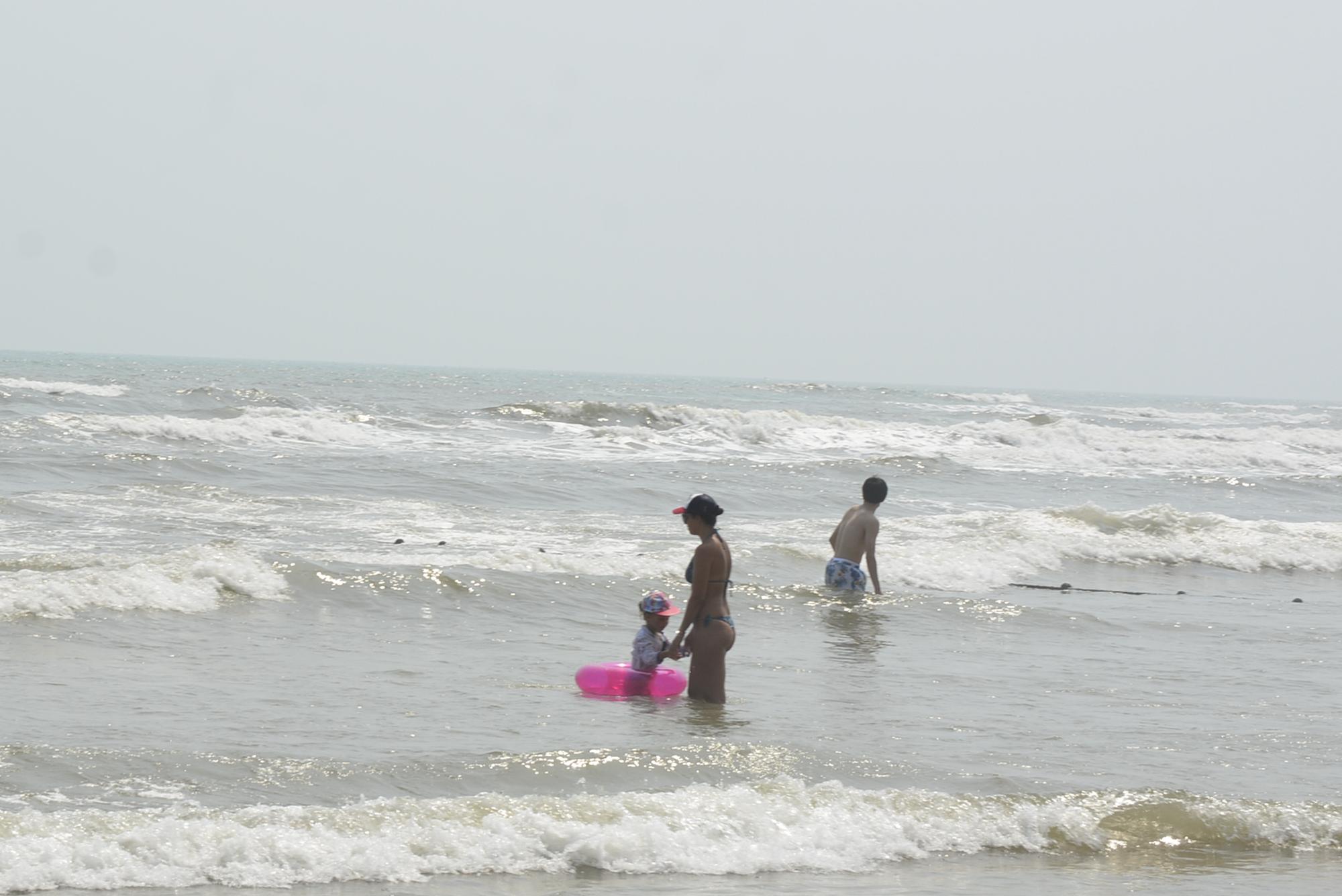 Đà Nẵng: Du khách thảnh thơi vui chơi ở bãi biển khi dịch Covid-19 được phòng tốt - Ảnh 9.