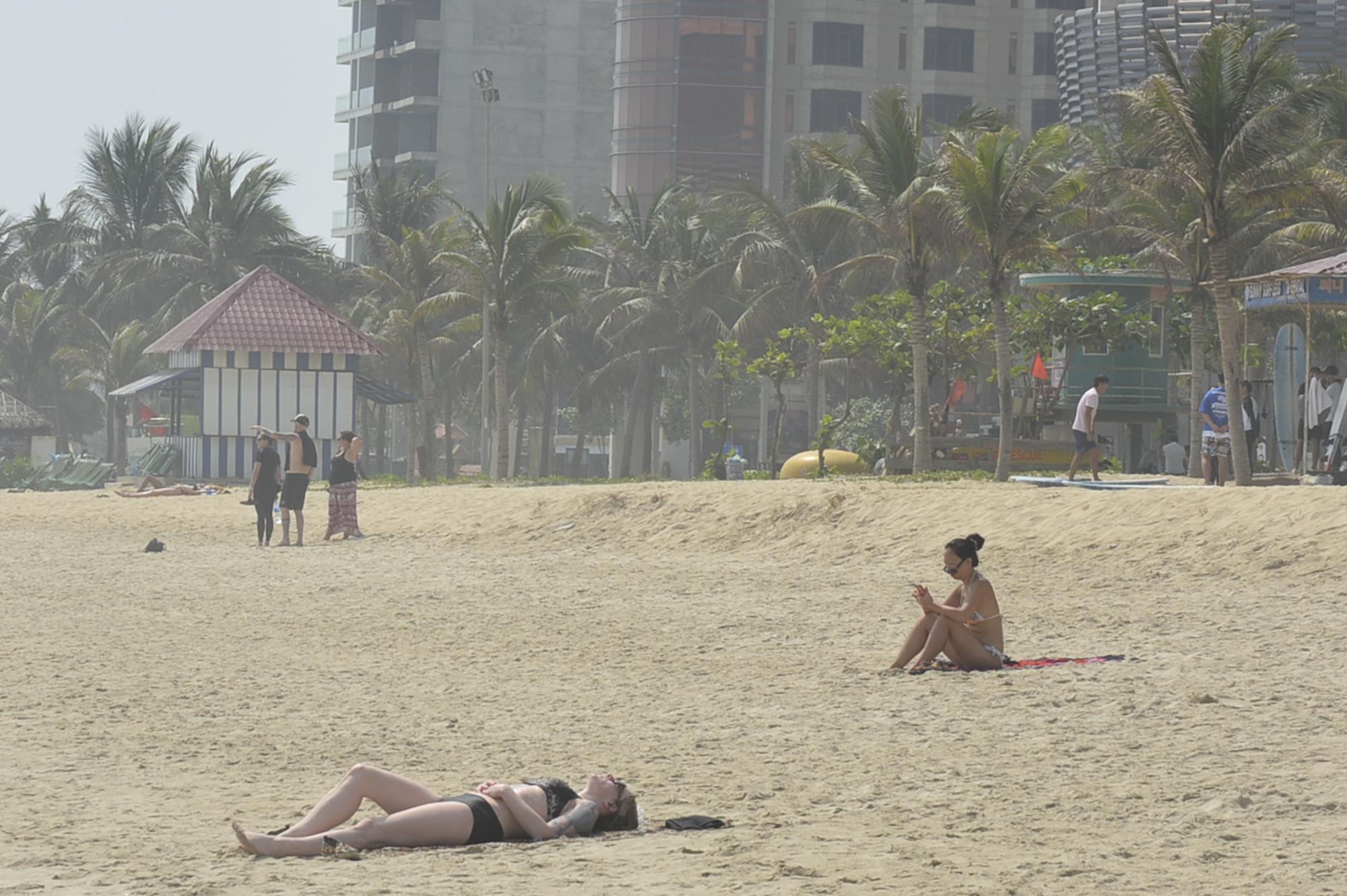 Đà Nẵng: Du khách thảnh thơi vui chơi ở bãi biển khi dịch Covid-19 được phòng tốt - Ảnh 4.