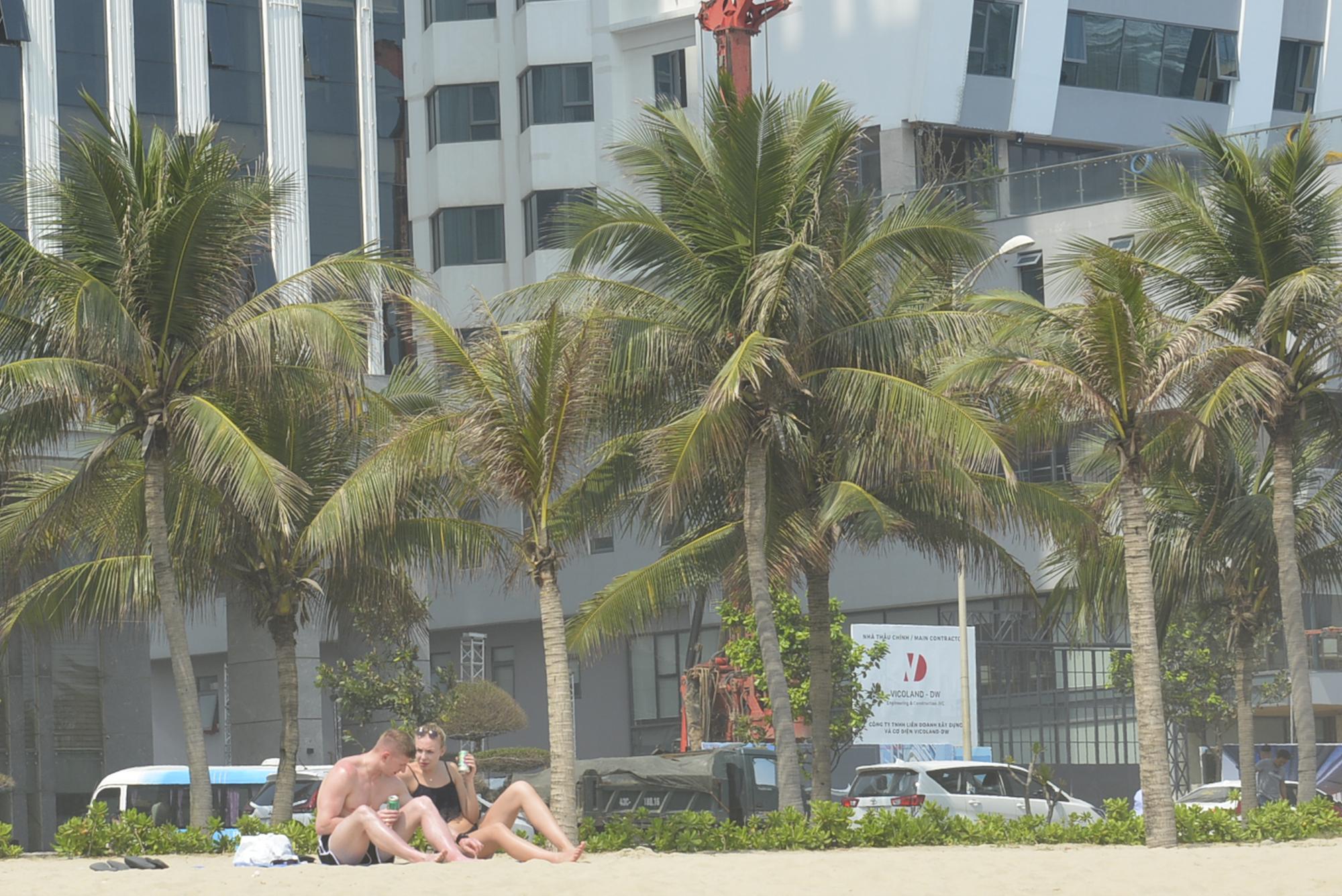 Đà Nẵng: Du khách thảnh thơi vui chơi ở bãi biển khi dịch Covid-19 được phòng tốt - Ảnh 5.