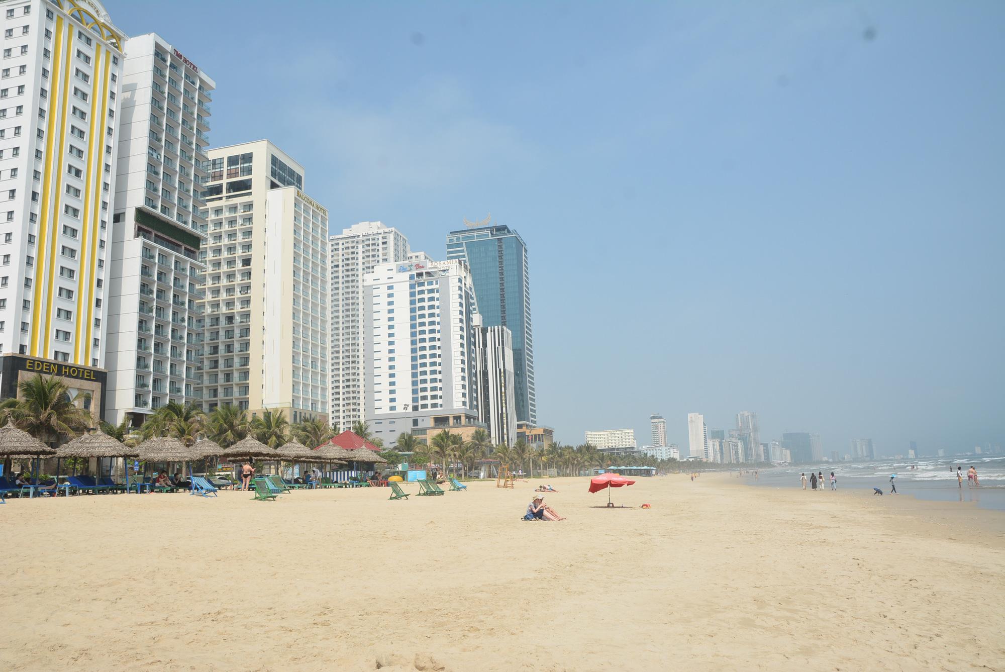 Đà Nẵng: Du khách thảnh thơi vui chơi ở bãi biển khi dịch Covid-19 được phòng tốt - Ảnh 1.