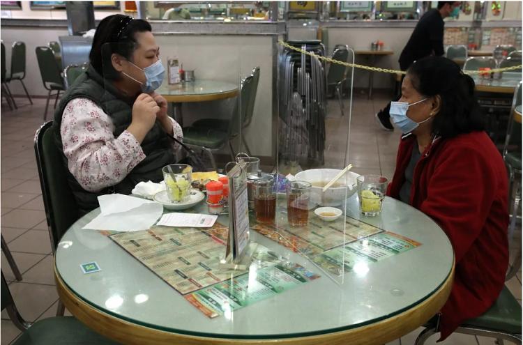 Nhiều nhà hàng tại Hong Kong lắp thêm vách chắn để chống lây nhiễm virus corona - Ảnh 1.