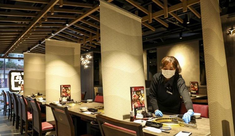 Nhiều nhà hàng tại Hong Kong lắp thêm vách chắn để chống lây nhiễm virus corona - Ảnh 2.