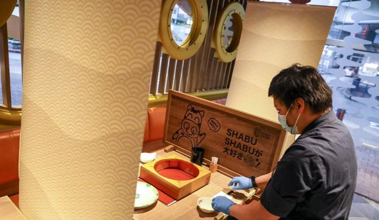 Nhiều nhà hàng tại Hong Kong lắp thêm vách chắn để chống lây nhiễm virus corona - Ảnh 3.