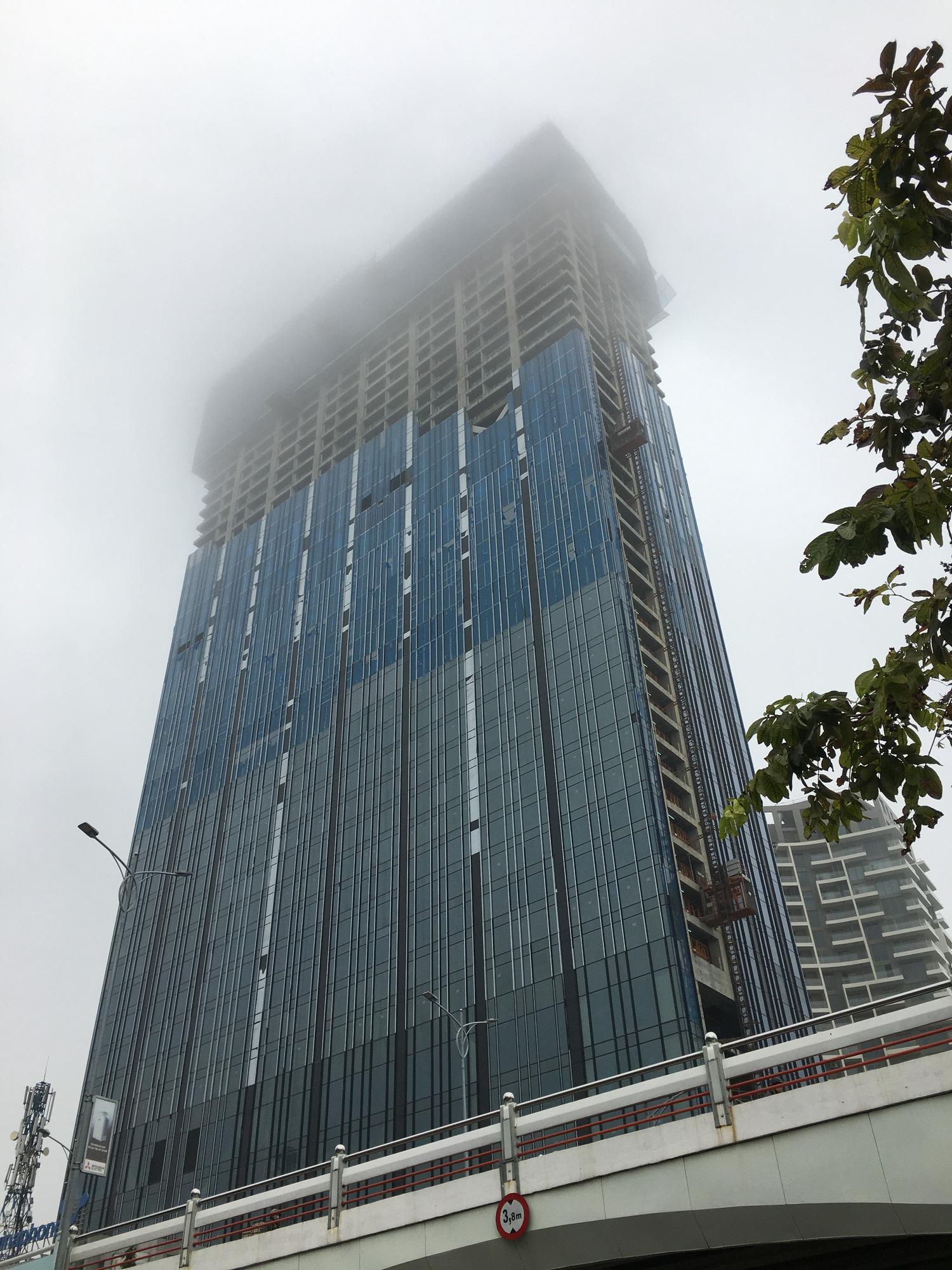 Đà Nẵng chìm trong sương mù dày đặc dù đã gần 9 giờ sáng - Ảnh 5.