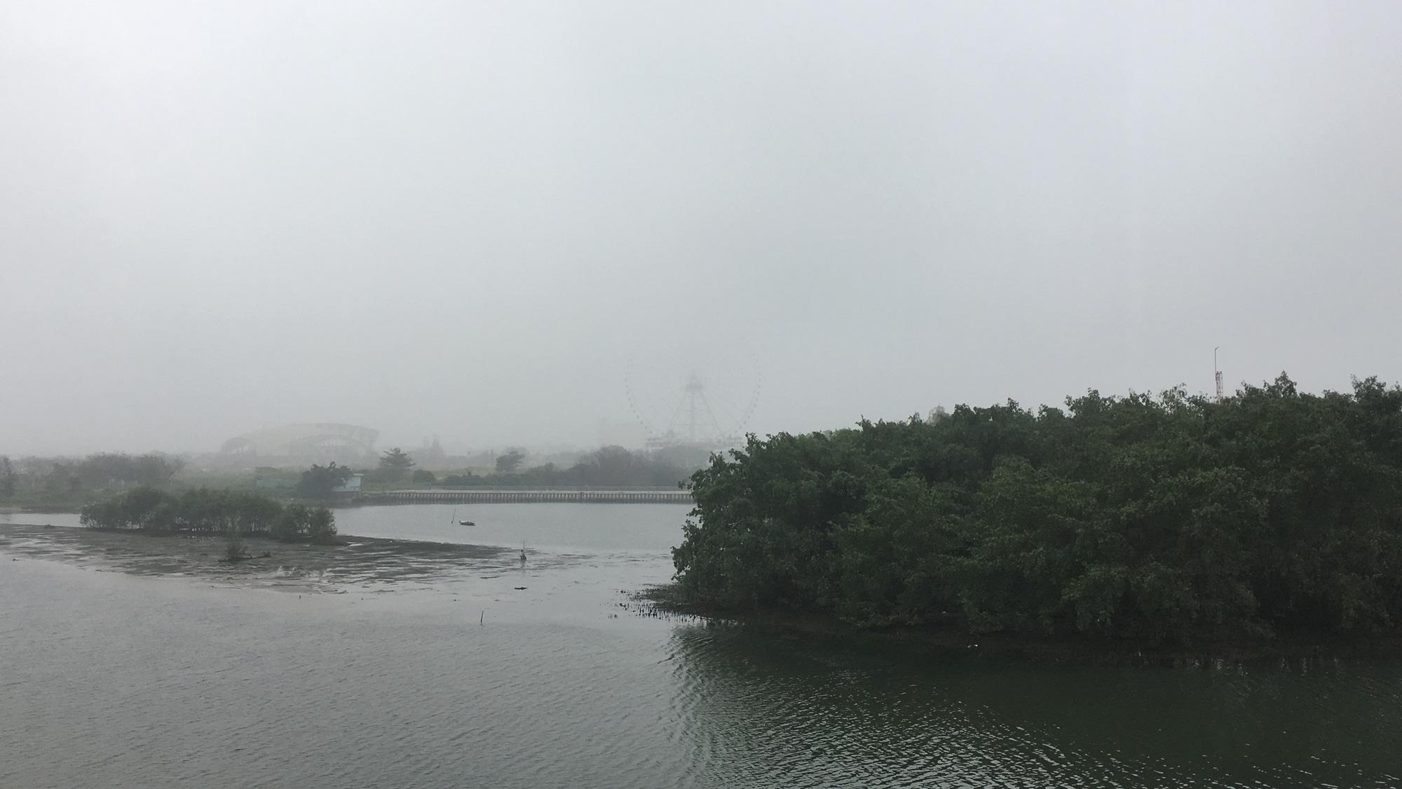 Đà Nẵng chìm trong sương mù dày đặc dù đã gần 9 giờ sáng - Ảnh 11.