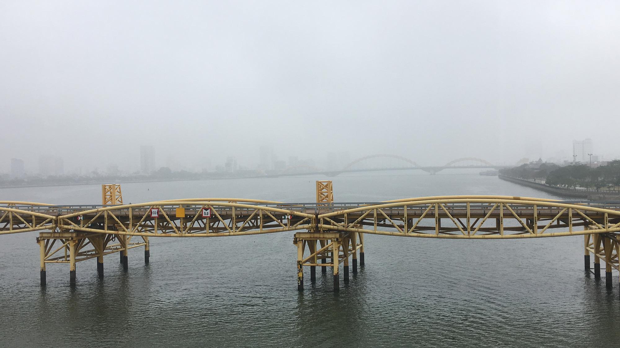 Đà Nẵng chìm trong sương mù dày đặc dù đã gần 9 giờ sáng - Ảnh 8.