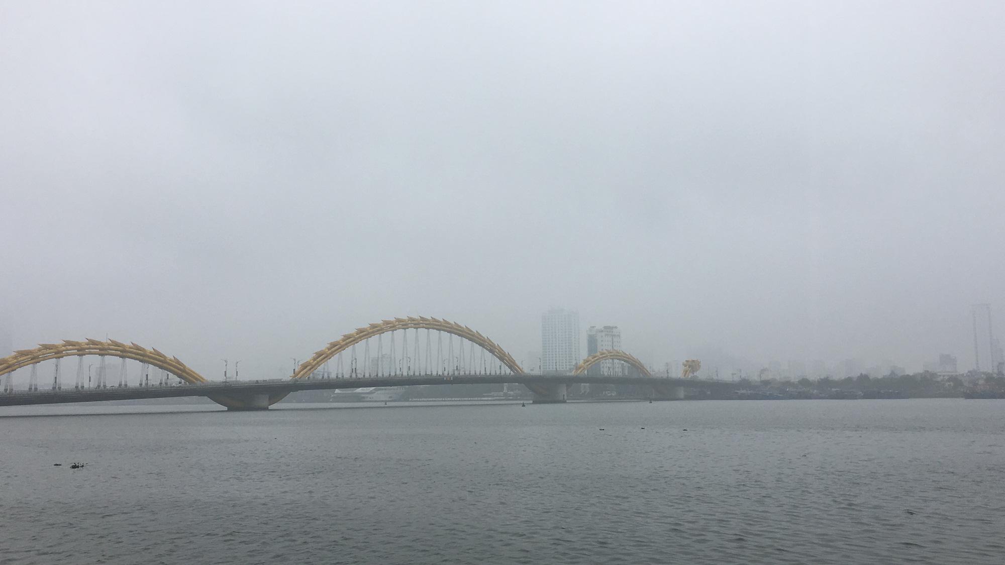 Đà Nẵng chìm trong sương mù dày đặc dù đã gần 9 giờ sáng - Ảnh 10.