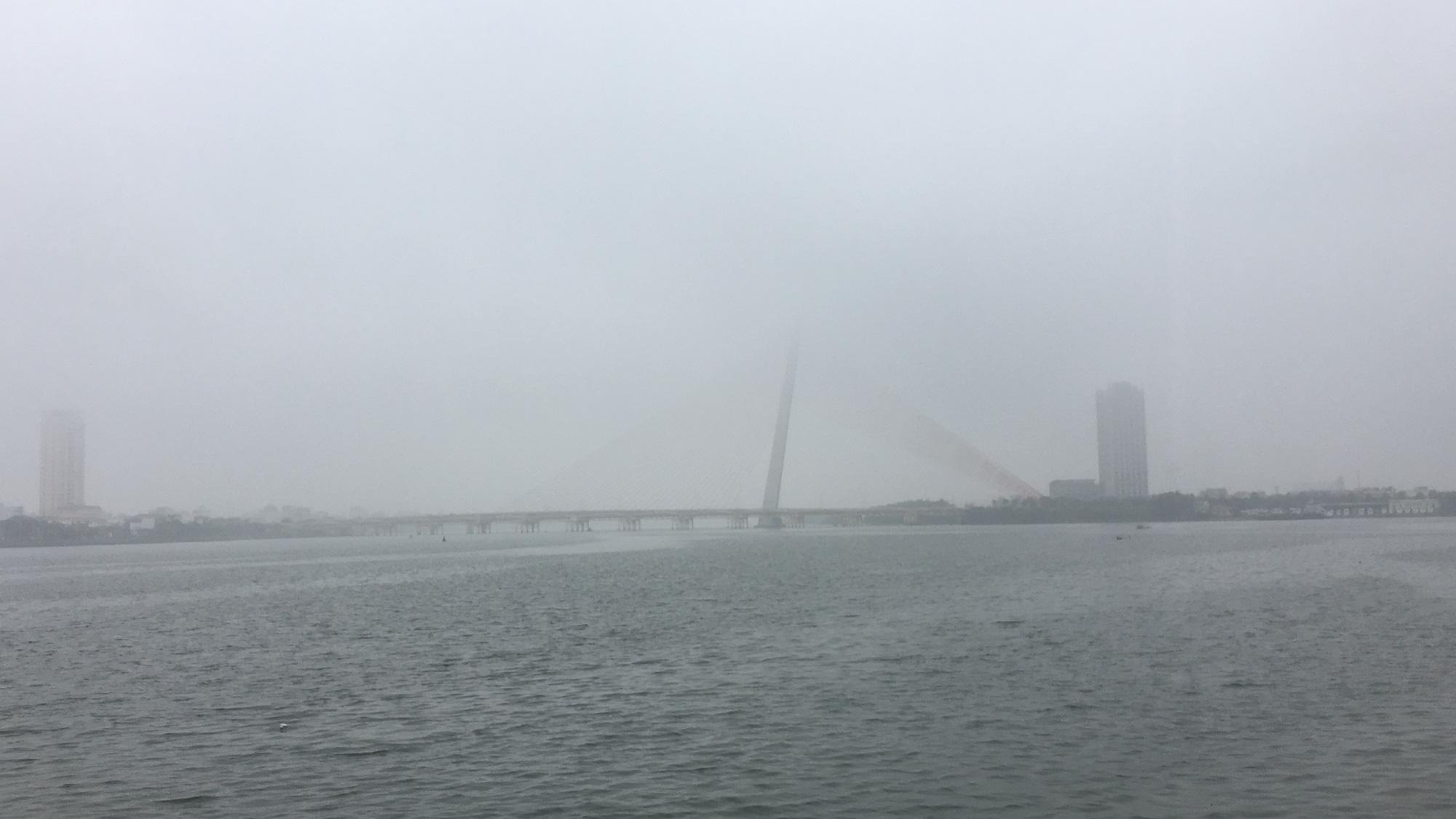 Đà Nẵng chìm trong sương mù dày đặc dù đã gần 9 giờ sáng - Ảnh 7.