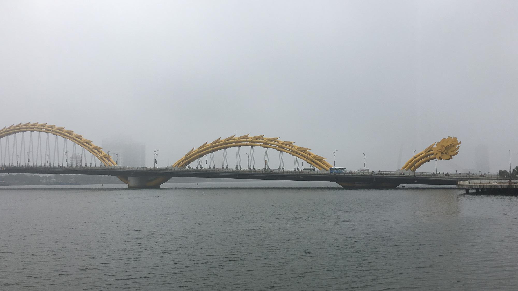 Đà Nẵng chìm trong sương mù dày đặc dù đã gần 9 giờ sáng - Ảnh 9.