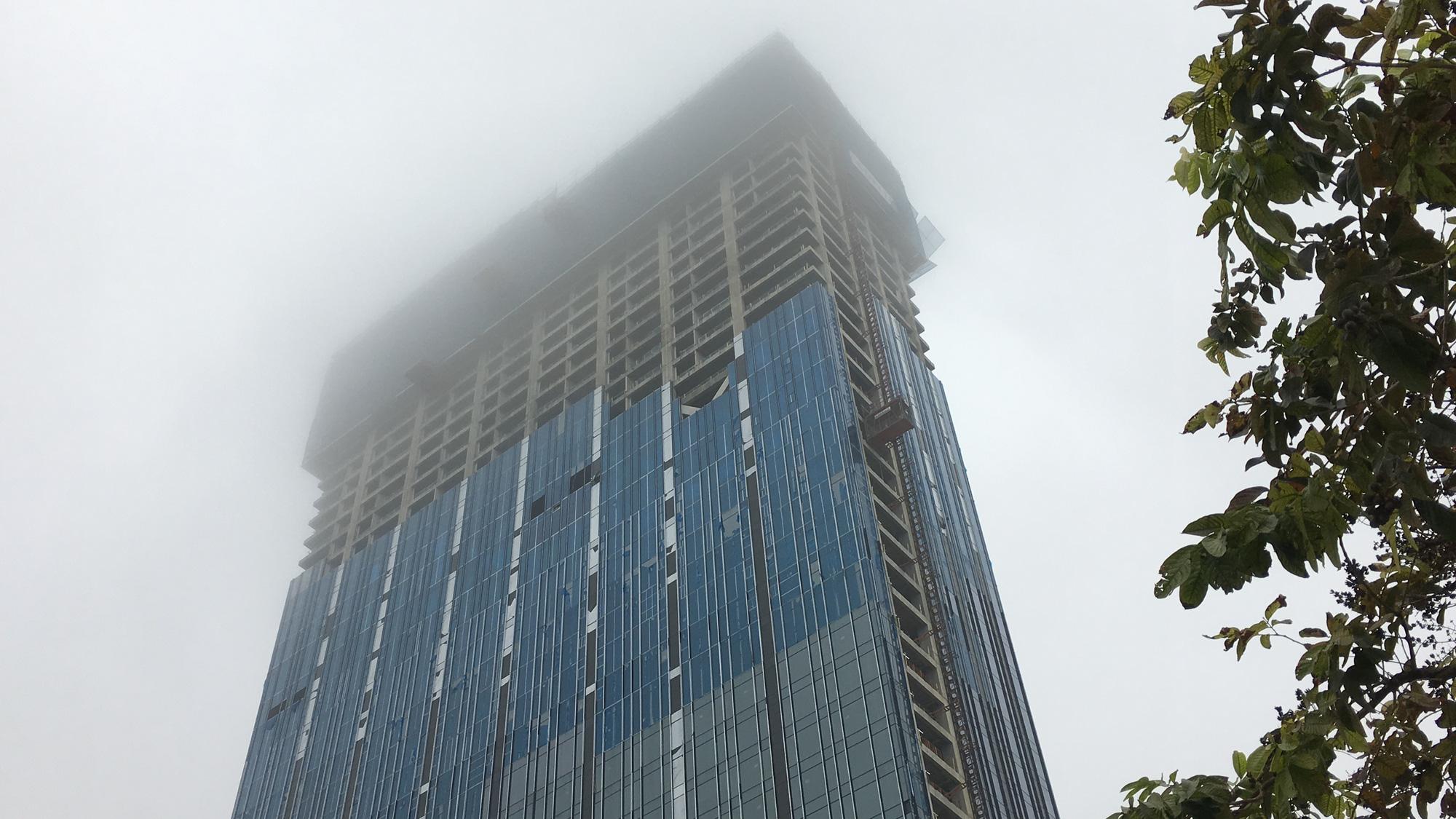 Đà Nẵng chìm trong sương mù dày đặc dù đã gần 9 giờ sáng - Ảnh 4.