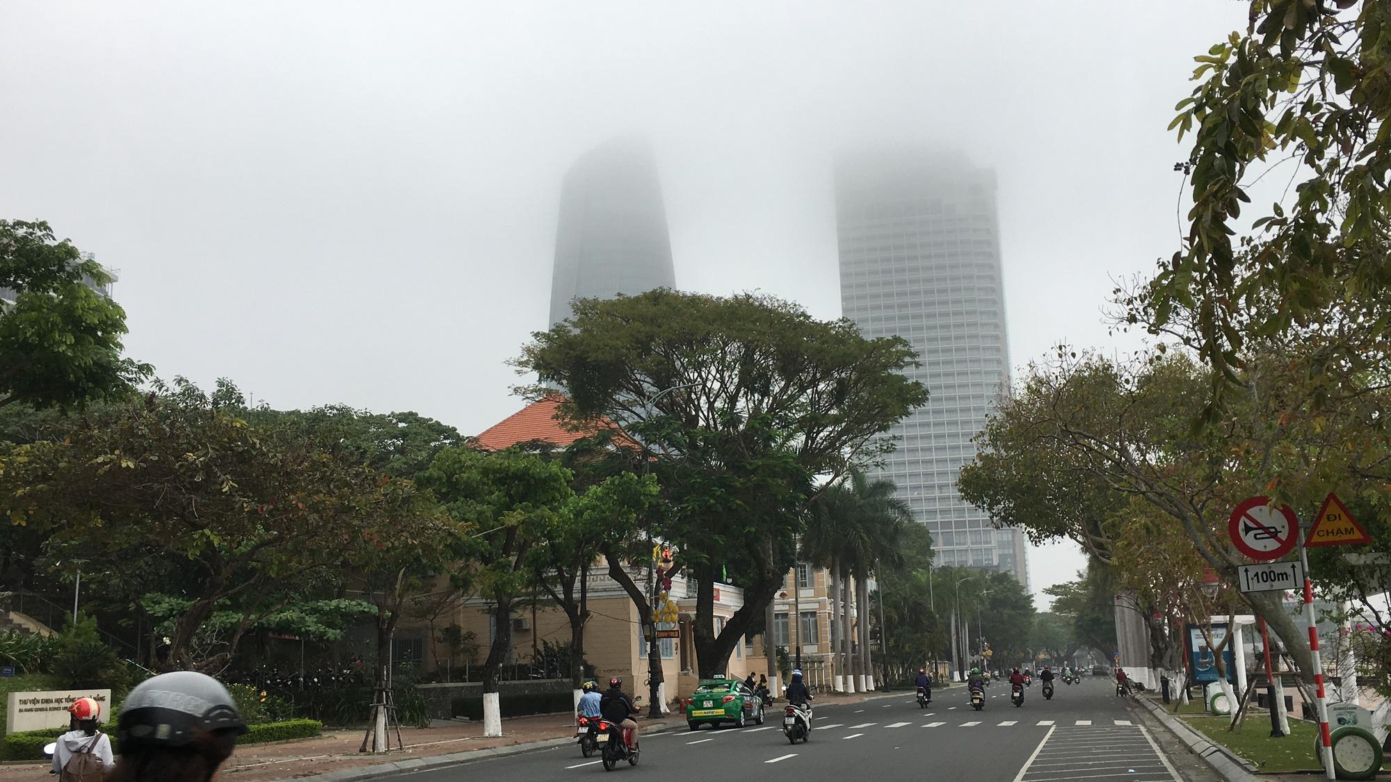 Đà Nẵng chìm trong sương mù dày đặc dù đã gần 9 giờ sáng - Ảnh 2.