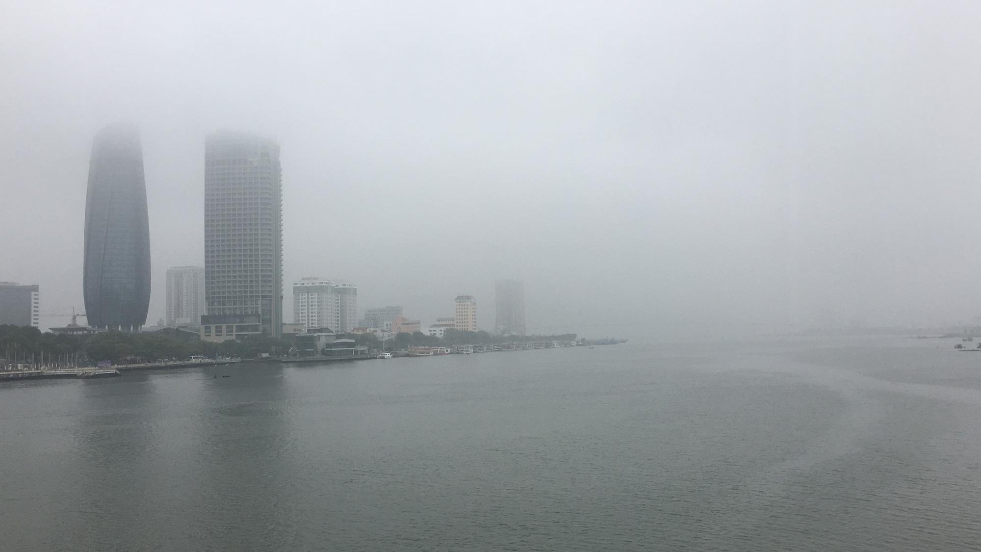 Đà Nẵng chìm trong sương mù dày đặc dù đã gần 9 giờ sáng - Ảnh 1.