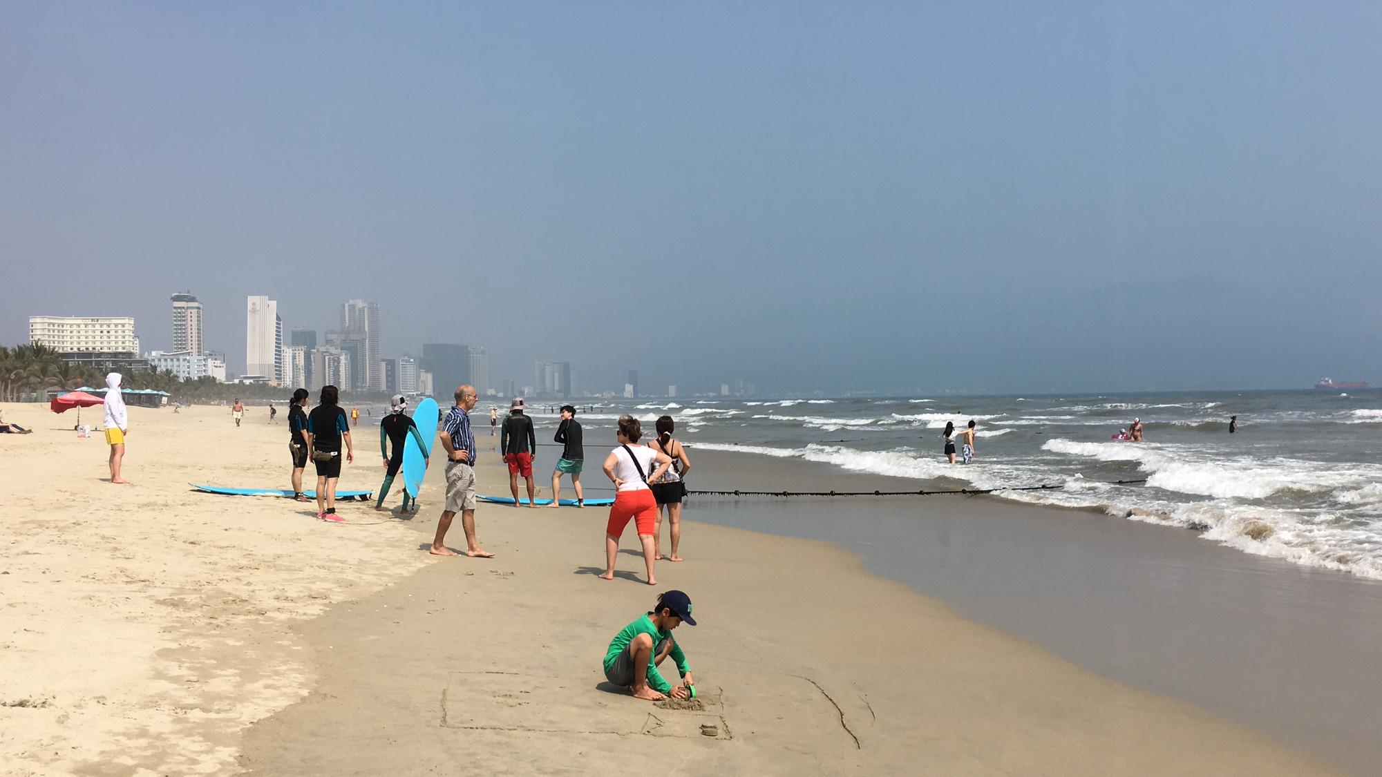 Đà Nẵng: Du khách thảnh thơi vui chơi ở bãi biển khi dịch Covid-19 được phòng tốt - Ảnh 10.