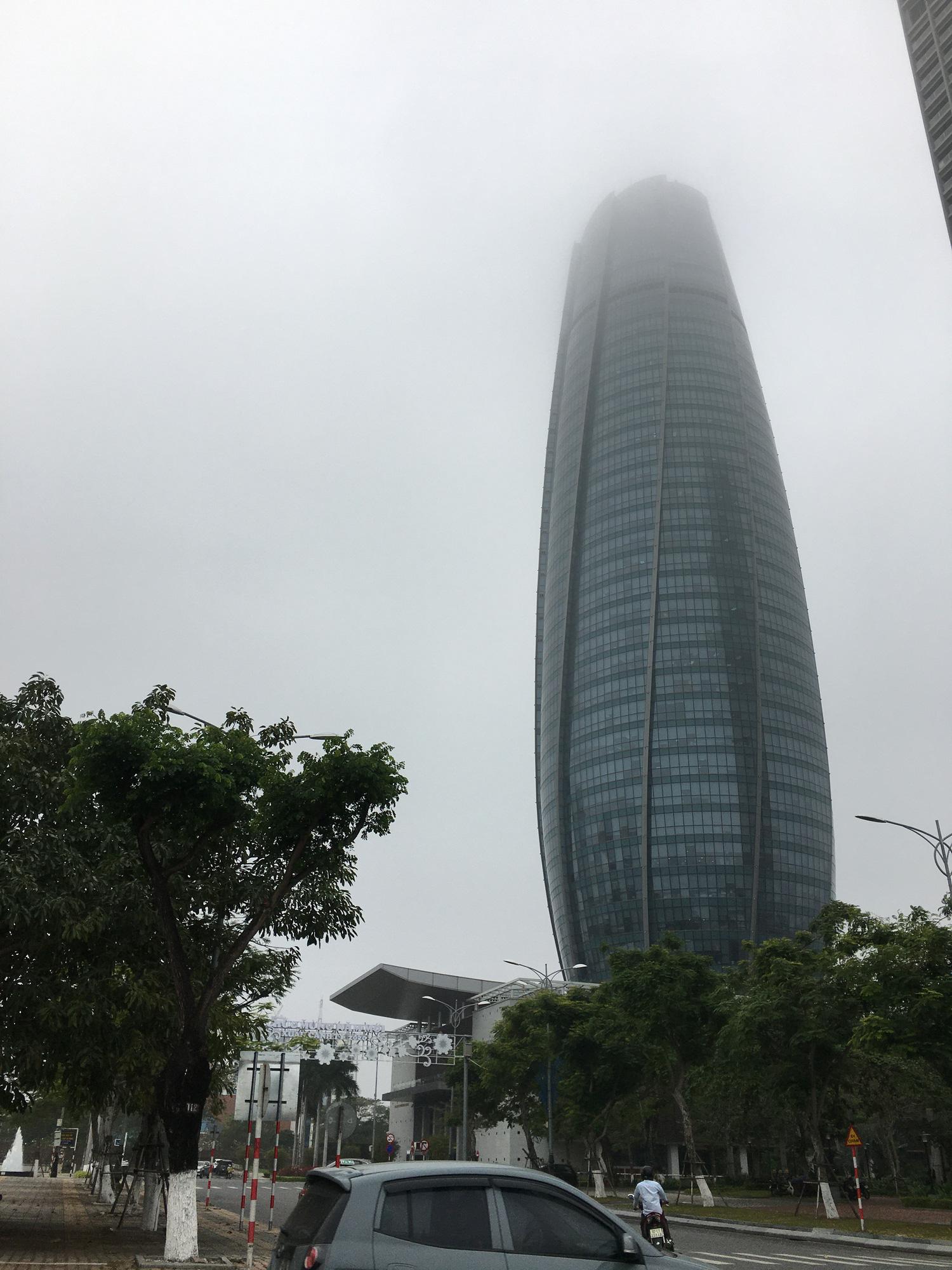 Đà Nẵng chìm trong sương mù dày đặc dù đã gần 9 giờ sáng - Ảnh 3.