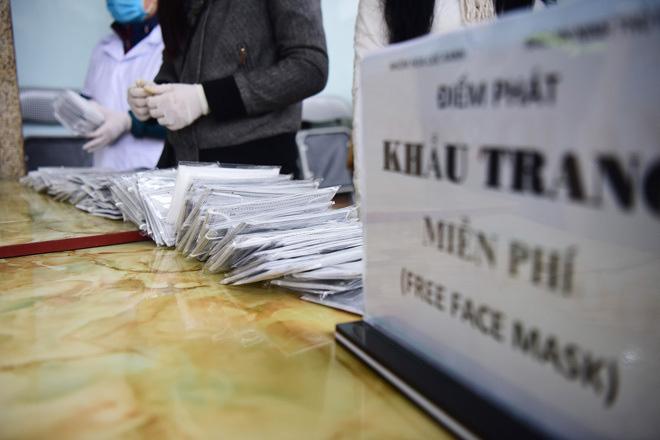 Vứt khẩu trang bừa bãi có thể bị phạt đến 7 triệu đồng - Ảnh 1.