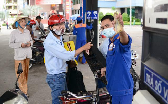 Giá xăng, dầu đồng loạt giảm mạnh từ 15h chiều ngày Valentine - Ảnh 1.
