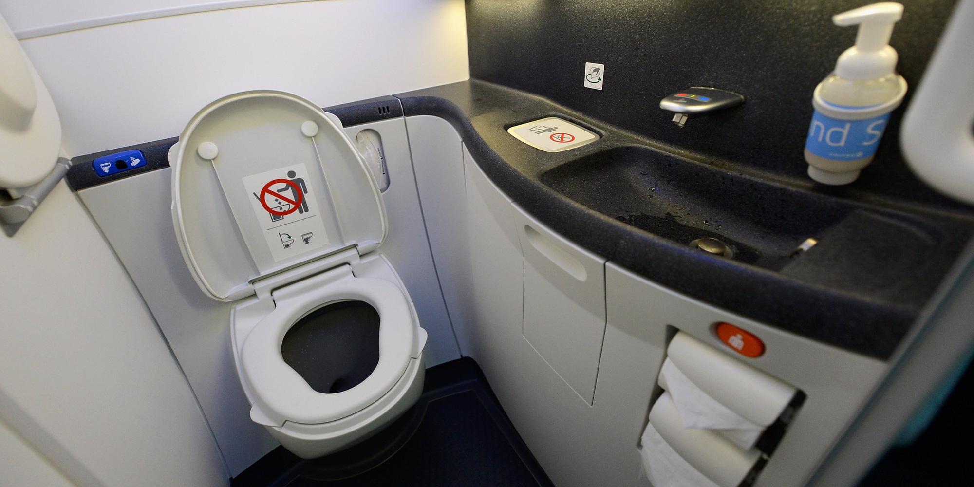 Trẻ con có được đi vệ sinh trên máy bay? - Ảnh 1.