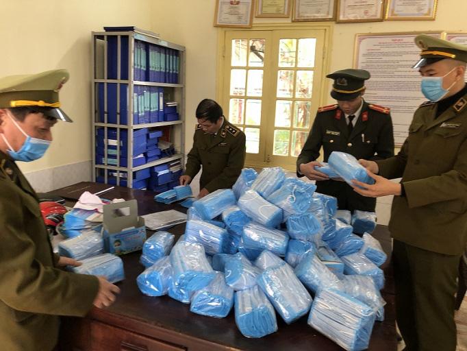 Liên tiếp phát hiện 4.500 nhà thuốc hét giá khẩu trang, TP HCM thu giữ 100.000 khẩu trang không hạn sử dụng - Ảnh 1.