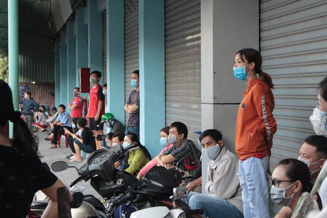 Chen lấn từ 4 giờ sáng vẫn không mua được khẩu trang y tế mùa dịch Covid-19 - Ảnh 9.
