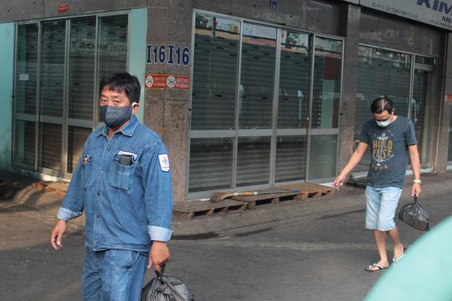 Chen lấn từ 4 giờ sáng vẫn không mua được khẩu trang y tế mùa dịch Covid-19 - Ảnh 11.