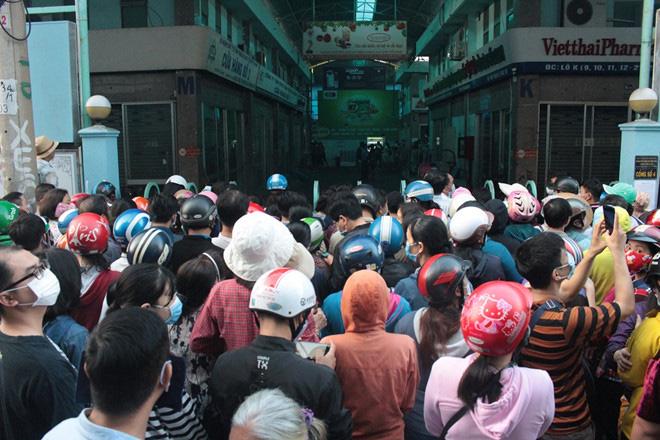 Chen lấn từ 4 giờ sáng vẫn không mua được khẩu trang y tế mùa dịch Covid-19 - Ảnh 2.
