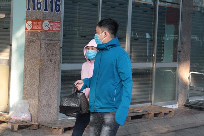 Chen lấn từ 4 giờ sáng vẫn không mua được khẩu trang y tế mùa dịch Covid-19 - Ảnh 5.