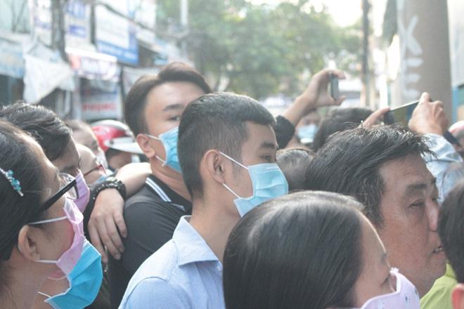 Chen lấn từ 4 giờ sáng vẫn không mua được khẩu trang y tế mùa dịch Covid-19 - Ảnh 1.