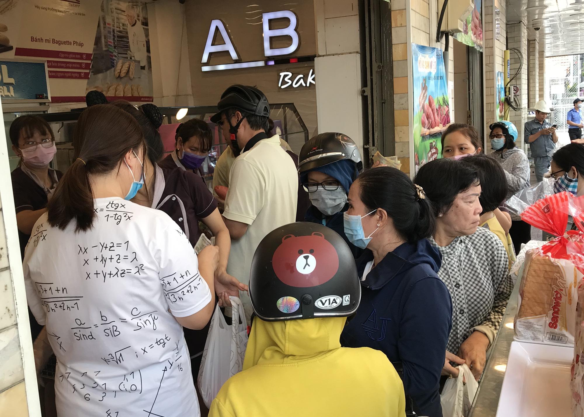 Người Sài Gòn rồng rắn xếp hàng nửa tiếng mua bánh mì thanh long giải cứu nông sản Việt - Ảnh 3.