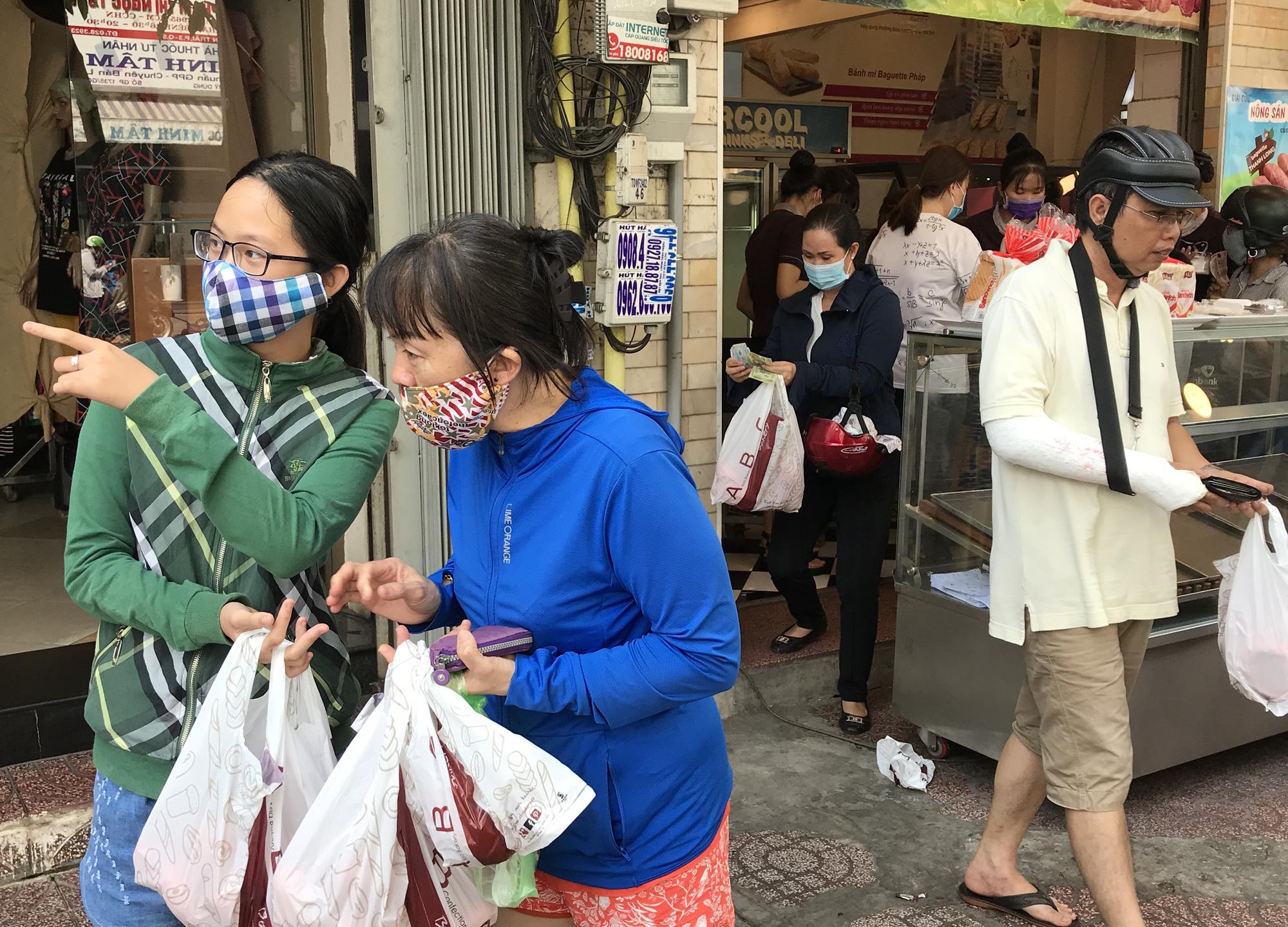 Người Sài Gòn rồng rắn xếp hàng nửa tiếng mua bánh mì thanh long giải cứu nông sản Việt - Ảnh 9.