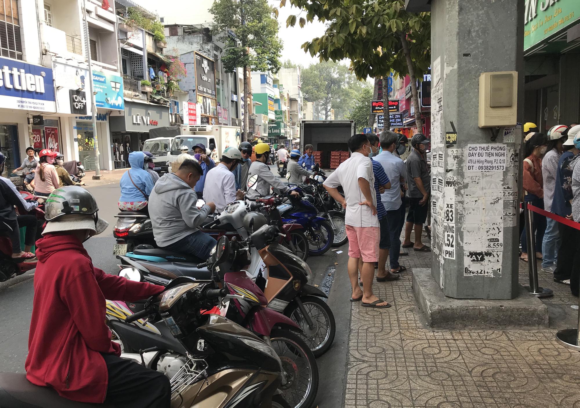 Người Sài Gòn rồng rắn xếp hàng nửa tiếng mua bánh mì thanh long giải cứu nông sản Việt - Ảnh 15.