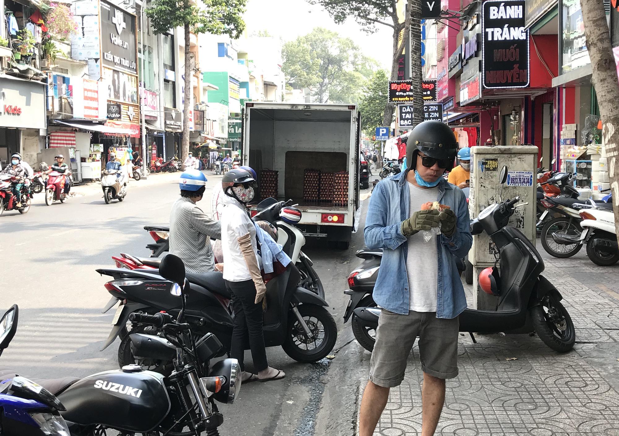 Người Sài Gòn rồng rắn xếp hàng nửa tiếng mua bánh mì thanh long giải cứu nông sản Việt - Ảnh 10.