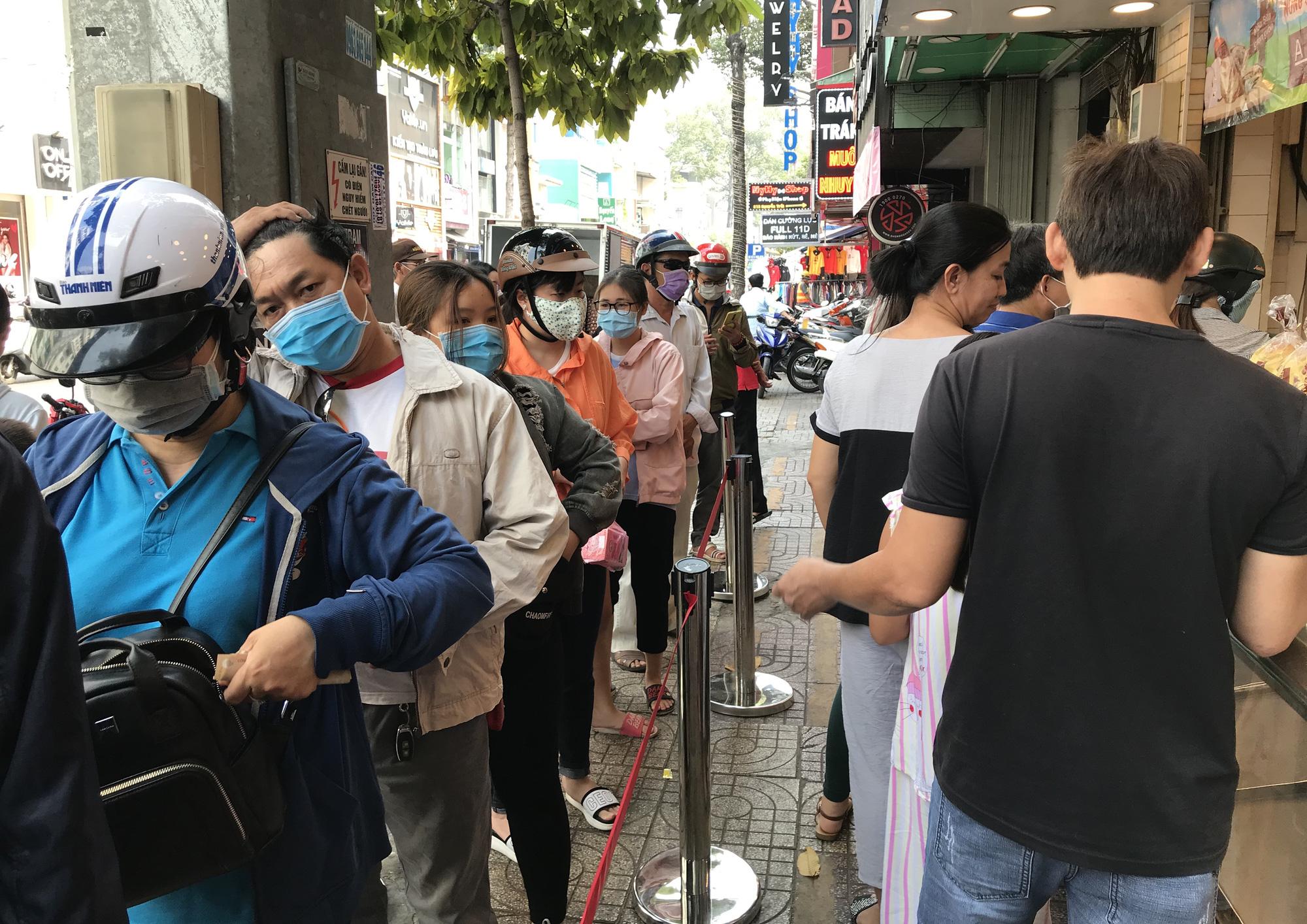 Người Sài Gòn rồng rắn xếp hàng nửa tiếng mua bánh mì thanh long giải cứu nông sản Việt - Ảnh 2.