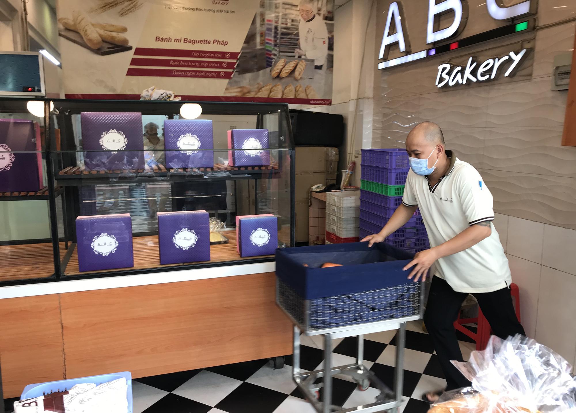 Người Sài Gòn rồng rắn xếp hàng nửa tiếng mua bánh mì thanh long giải cứu nông sản Việt - Ảnh 12.