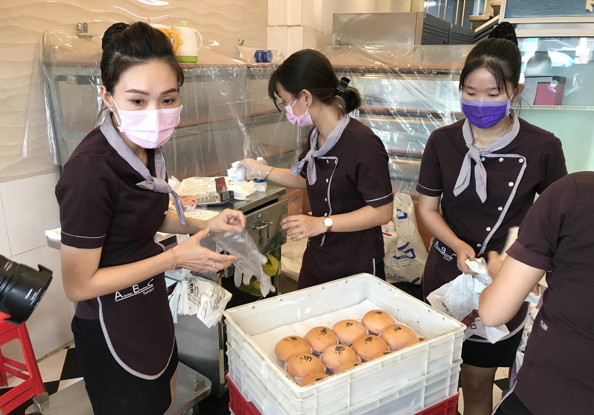 Người Sài Gòn rồng rắn xếp hàng nửa tiếng mua bánh mì thanh long giải cứu nông sản Việt - Ảnh 6.
